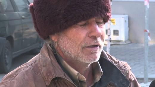 Дават храна на бездомни