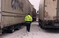 Камиони блокирани на Летището заради снега