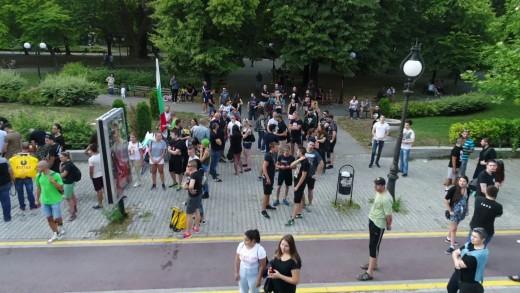 Близо сто факли горяха по улиците на града в памет на жертвите
