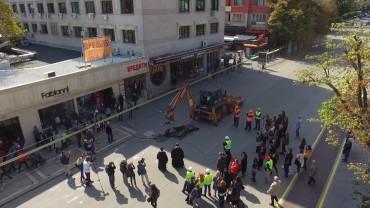 Направиха първа копка за обновяването на централния площад и пешеходната зона в Стара Загора. Изпълнителят обеща без кал по улиците