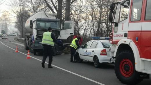 991-ratio-vodach-na-lek-avtomobil-zagina-sled-chelen-udar-s-kamion