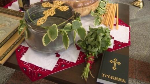 """Първи запалени свещи в Храм """"Свети Николай Чудотворец"""" в село Мъдрец"""