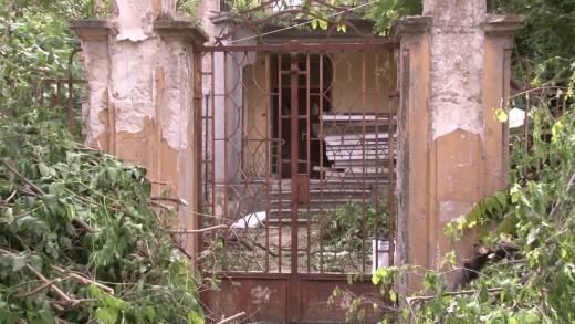 Доброволци разчистват къщата на Веселин Ханчев