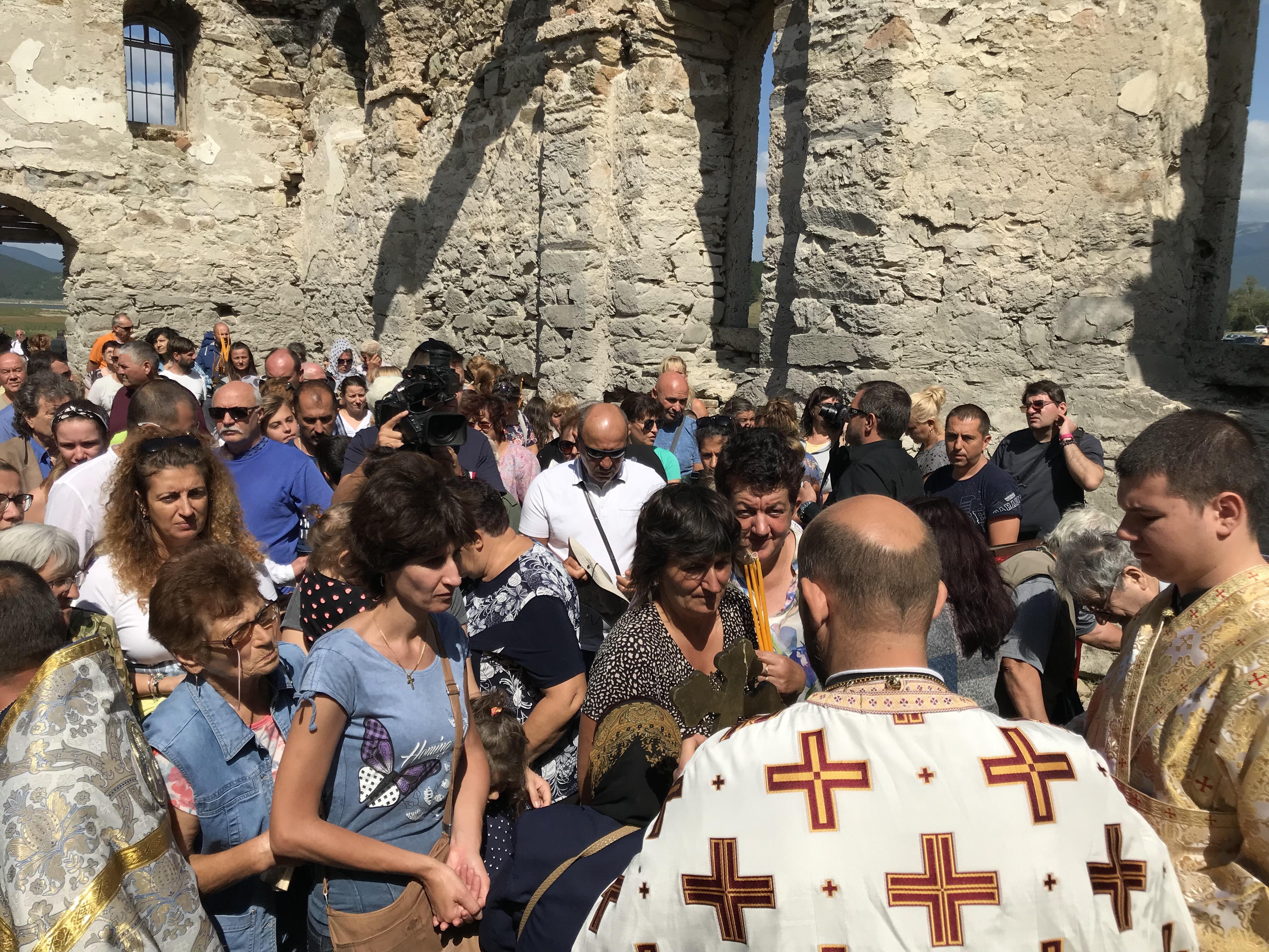 Божествена света литургия в потопена църква