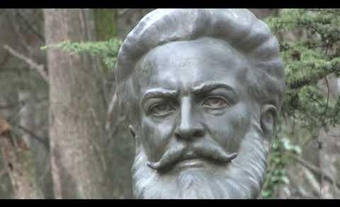 Венци и цветя по случай 173 години от рождението на поета- революционер Христо Ботев