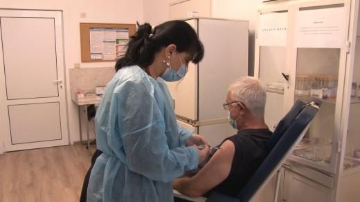 11.03.2021г. Сутрин с нас 2 част. РЗИ започна имунизация  с два вида ваксини на  записаните в електронната платформа, 1150 дози получиха личните лекари в областта.