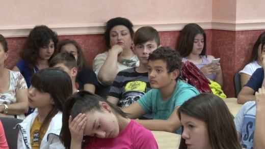 """Журналистът Петър Драгиев представи  стихосбирката """"Без поводи"""" пред ученици"""