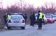 Полицаи преследват лека кола на територията на две области.
