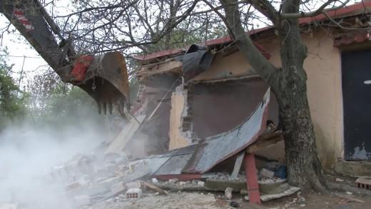 """Започна премахването на незаконни постройки в местността """"Карасиврия"""""""