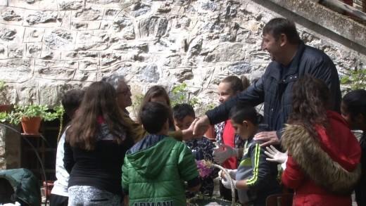 Деца боядосаха 300 яйца в двора на Мъглижкия манасир на Велики Четвъртък