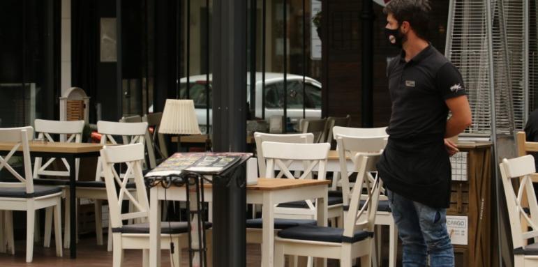 От понеделник отварят ресторанти, три дни по-късно молове и големи магазини
